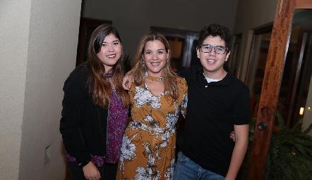 Lety Sánchez con sus hijos Daniela y Carlos Gouyonnet.