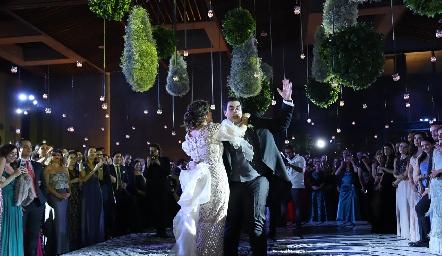 José Carlos bailando con su mamá.