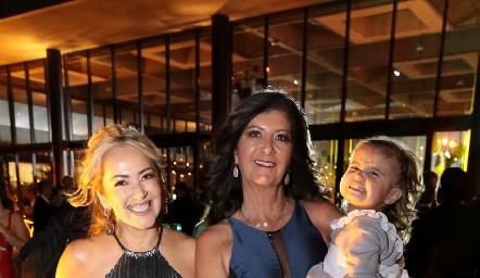 Claudia Mahbub, Marus Hernández y la pequeña Ángeles.