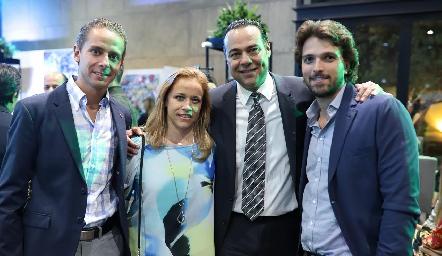 José Alberto, Mariana y Alejandro Torres con Santiago Gaviño.