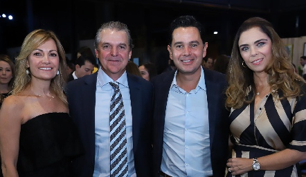 Yolanda y Alejandro Martínez, Gabriel e Iliana.