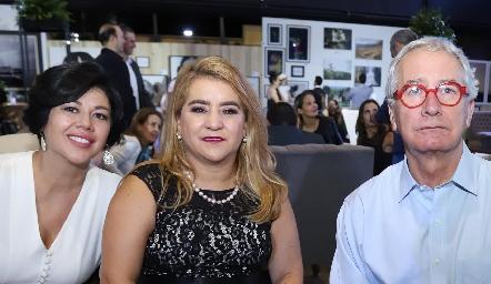 Con el conferencista de la noche Javier Solórzano.