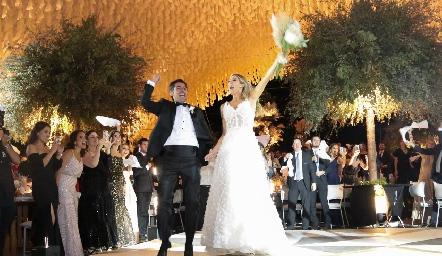 Daniel Dauajare y Martha de la Rosa llegando a la recepción de su boda.