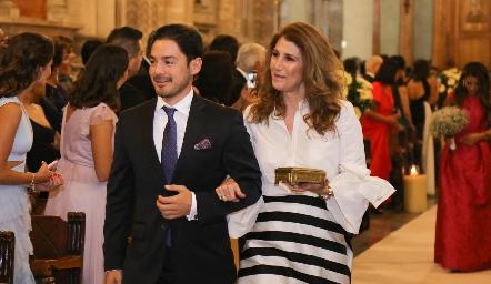 Miguel Torres con su mamá Mónica Hernández.