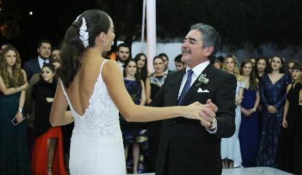Sofía con su papá Manuel Álvarez.