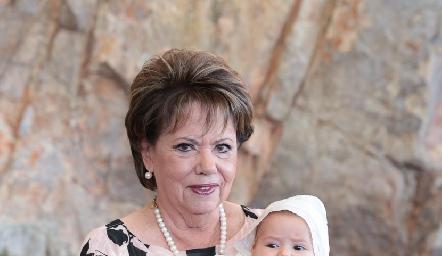 Pilar Ocejo con su nieta Alejandra.