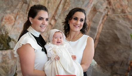 Alejandra con sus madrinas Maripepa Muriel de Torres y Laura Escartín.