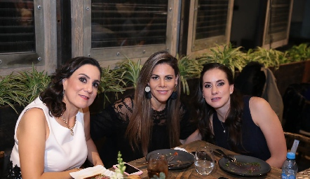 Laura Escartín, Tessy González y Pituca Escartín.