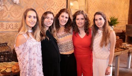 Lucía Martín Alba de Torres, Chilis Treviño de Torres, Mónica Hernández de Torres, Sofía Torres y Mónica Torres.