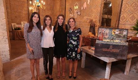 María José, Ximena y Elizabeth Treviño con su mamá Elizabeth Báez.