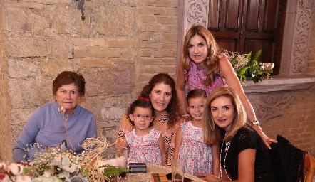 Maruchis Andrés de Hernández, Mónica Hernández, Isabela, Gaby, Guille Hernández y Rocío Mexicano.