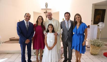 Paulina con sus papás Jorge Acebo y Gabriela Lara y padrinos Viviana Padrón y Arturo Martínez.