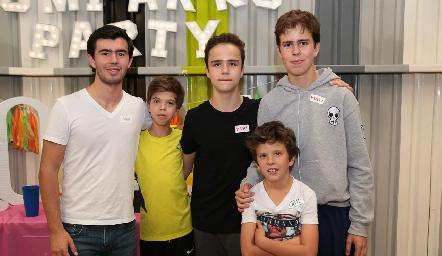Mateo con sus primos.