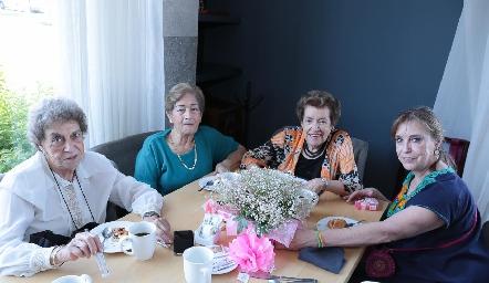 Popi Neumann, Julieta Páez de Rodríguez, Yolanda de Martínez y Frida Neumann.