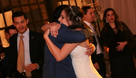 Felicitando a la novia.