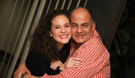Andrea con su papá Jorge Schekaibán.