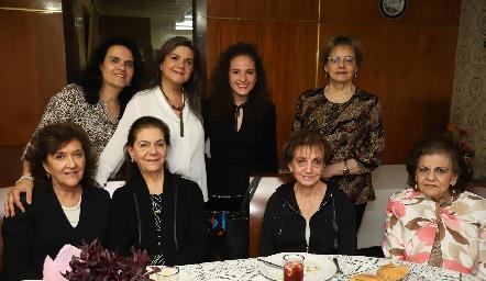 Andrea Schekaibán con sus tías.