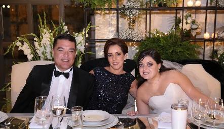 Toño Gutiérrez y Alejandra Ávila de Gutiérrez con su hija Andrea.