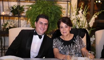Miguel y su mamá Miriam Bravo.