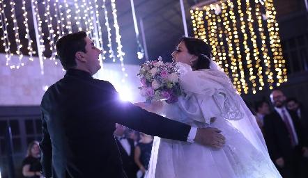 Su primer baile como esposos.