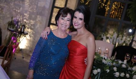 Conchita Nieto con su nieta Tere Torre.