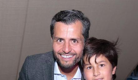 Carlos de los Santos con sus hijos.