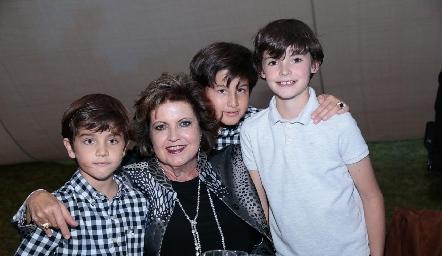 Tere Pizzuto con sus nietos.