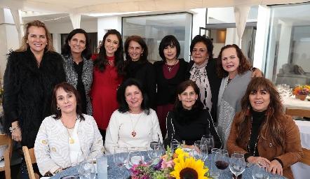 La guapa novia con sus tías y amigas de la familia.
