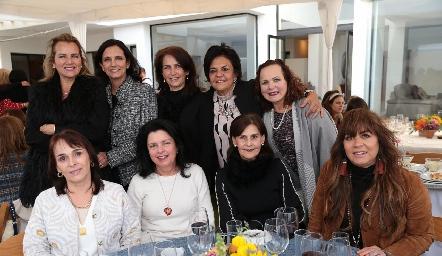 Gaby Meade con sus amigas.