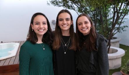 Carolina, Begoña y Regina Meade Cubillas.