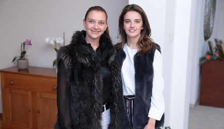 Karina Navarro y Melissa Meade Navarro.