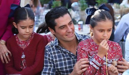 Rafael con sus hijas.
