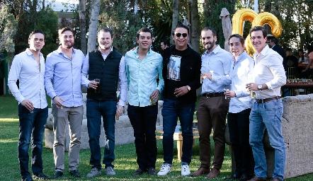 José con sus amigos.