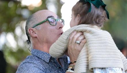Jaime Oliva con su nieta Victoria.