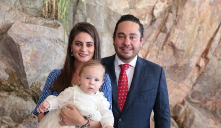 El pequeño Daniel con sus padrinos, Vero Romero y Ángel Torres.