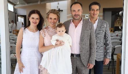 Emma con sus papás y padrinos, Ceci Ponce, PriscilaGonzález, Eduardo y César Ramos.