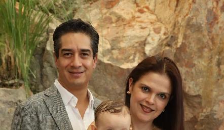 Emma con sus padrinos César Ramos y Cecilia Ponce.