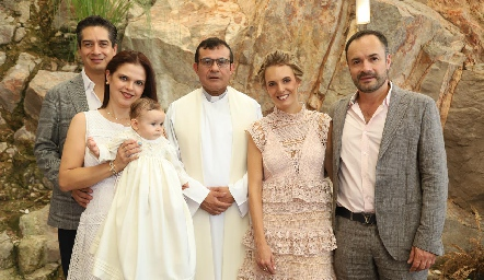 César Ramos, Cecilia Ponce, Emma, padre Salvador, Priscila González y Eduardo Ramos.