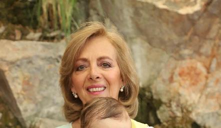 Emma con su abuelita Rosana Benavente.