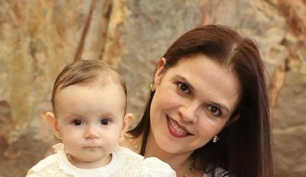 Emma con su madrina Ceci Ponce.