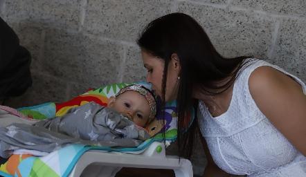 Emma con su madrina Cecilia Ponce.