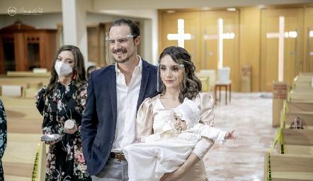 Martina en brazos de sus papás Pato Valle y Adri de la Maza.