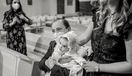 Martina con su abuelo Héctor Valle.