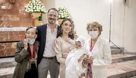 Martina con sus papás y sus bisabuelas maternas.
