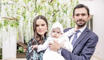 Martina con sus padrinos Mayte Soberón y Andrés Allende.