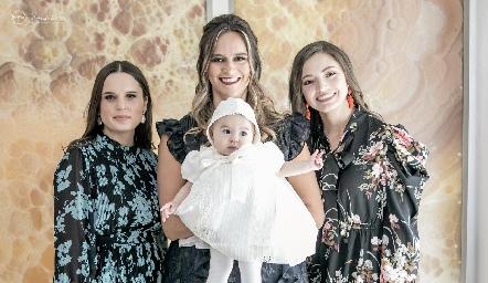 Martina con sus madrinas Mayte Soberón, Cuque Valle y Ana Paty de la Maza.