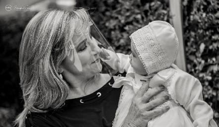 Martina con su abuela Maru Bárcena.