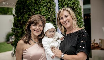 Martina con sus abuelas Paty Silos y Maru Bárcena.