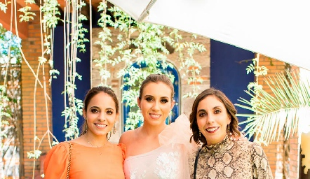 La novia con sus primas, Fernanda Paredes, Paty Dantuñano y Daniela Paredes.