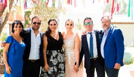 Paty Dantuñano y Esteban Meade con los papás y hermanos de Esteban.